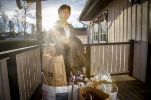 Virginia, 45, är ursprungligen från Filippinerna. Hon kan inte hjälpa släktingarna där. Men till asylsökande i Sverige har hon samlat barnens avlagda vinterkläder. Foto: Gustav Mårtensson.