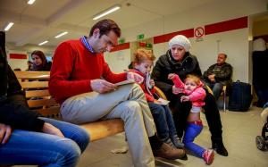 EFTER SEX TIMMAR får familjen formulär från Migrationsverket att fylla i, om vilka de är. Foto: Krister Hansson.